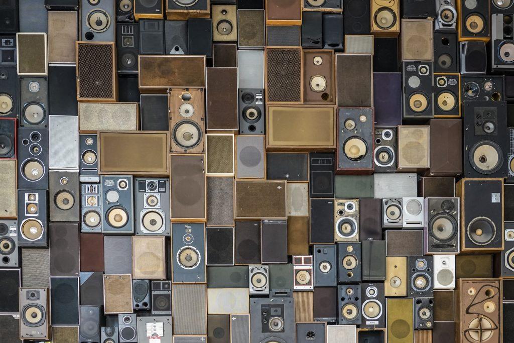 Caixa de som para ambiente externo: diferenciais que você deve buscar
