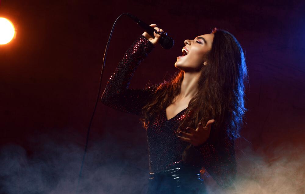 Dia do cantor: como potencializar a voz deste profissional através de equipamentos especializados